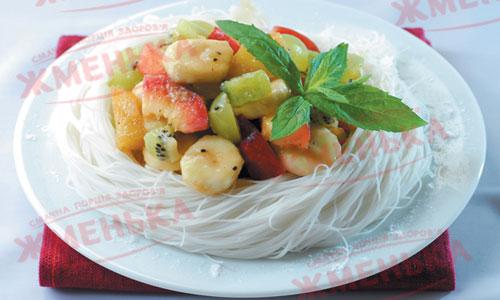 Фруктовый салат в гнезде из рисовой вермишели