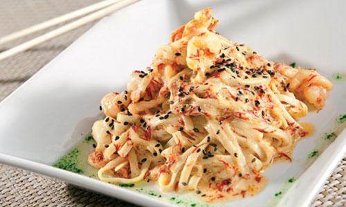 салат с рисовыми макаронами и ветчиной