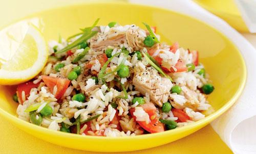 Салат с рисом, курицей и овощами