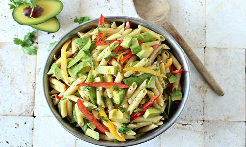 Салат с макаронами и авокадо