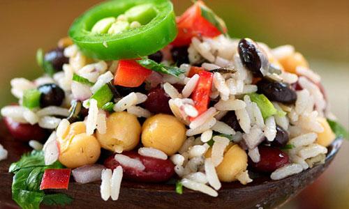 Вегетарианский салат с диким рисом, фасолью и горохом