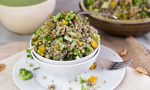 Салат с гречкой, овощами и оливками