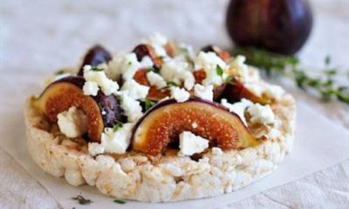Рисовые хлебцы с инжиром, сыром фета и тимьяном